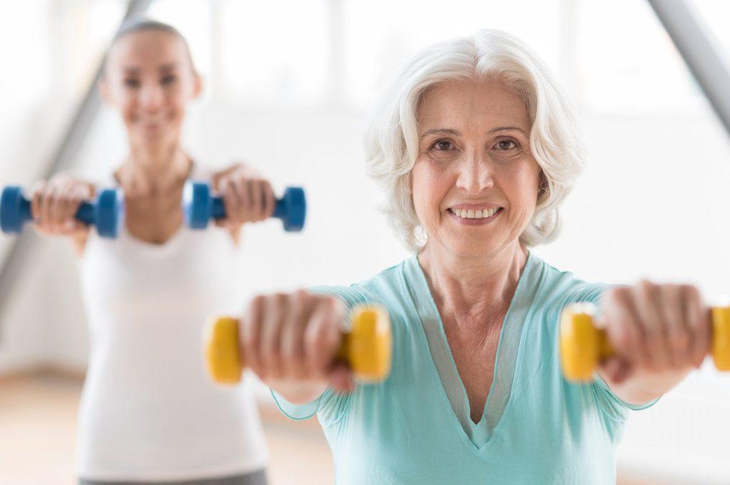ejercicios de hombros en casa con mancuernas