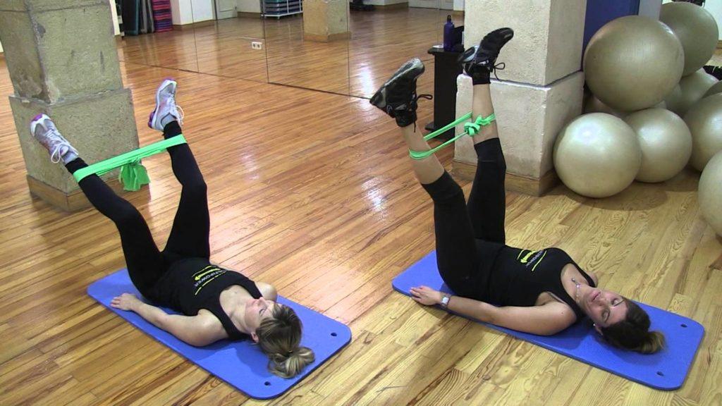 ejercicios con gomas para piernas