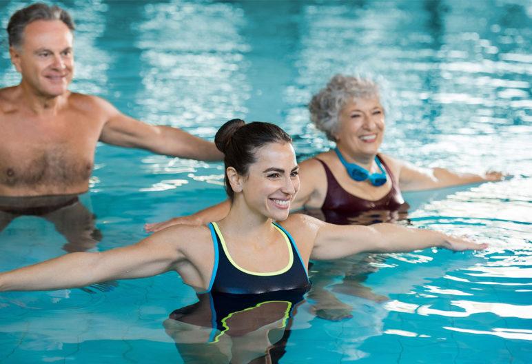 ejercicio en el agua para la columna
